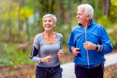 adultos mayores corriendo