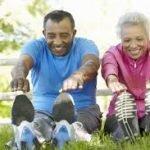 adultos mayores ejercitando