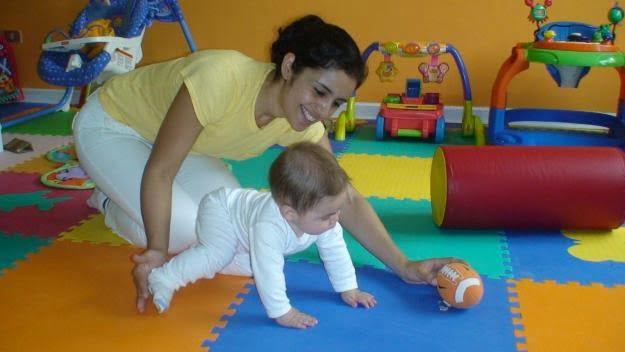 Foto de bebe interactuando con pelota