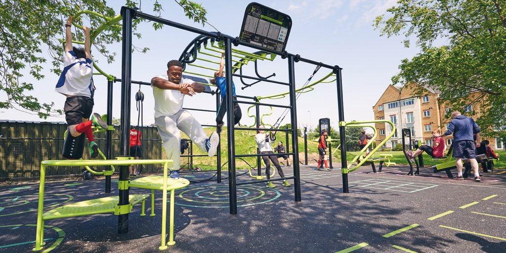 foto de personas entrenando al aire libre
